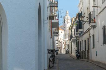 Carrers de Cadaqués amb vistes a Santa Maria.