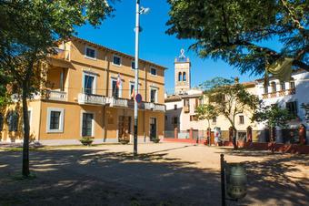Ajuntament de Bescanó amb Sant Llorenç al fons.