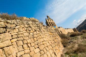 Castell de Ribelles amb el Pirineu al fons.
