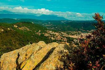 """Vistes a Argentona. Ruta """"De la Font Picant al Castell de Burriac"""". Cabrera de Mar."""